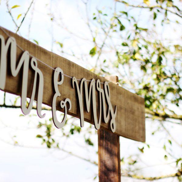 Mr & Mrs sign